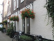 Hanging baskets aan de gevel